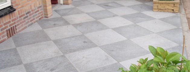 Realisatie voor en achtertuin, Luxe tegels met matte coating
