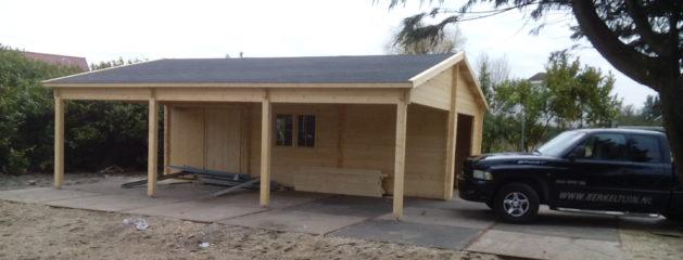 Blokhut met garage en veranda